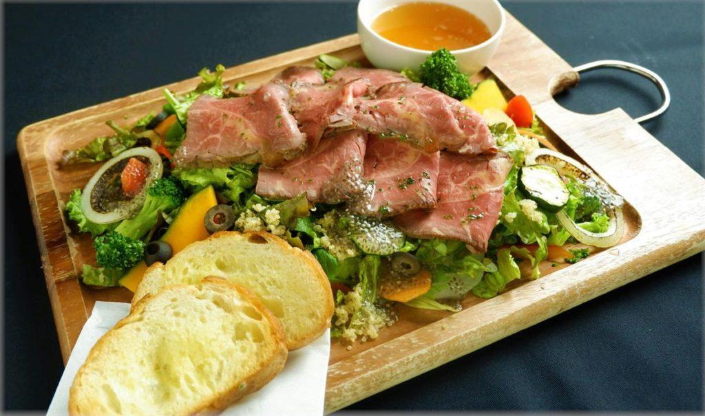 あか牛と10品目野菜の美肌促進サラダプレート